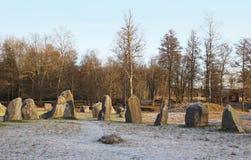 Las piedras grandes que se colocan en el campo de nieve en invierno Fotos de archivo libres de regalías