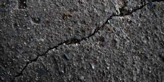 Las piedras gris oscuro emergen textura imágenes de archivo libres de regalías