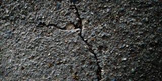 Las piedras gris oscuro emergen textura en la roca imagenes de archivo