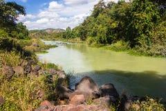 Las piedras mienten en los bancos de un río de la montaña Fotos de archivo