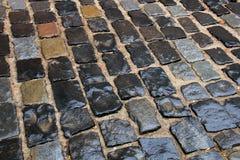 Las piedras mojadas pavimentan después de lluvia Foto de archivo