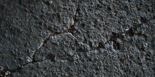 Las piedras oscuras emergen textura y textura de la roca fotos de archivo libres de regalías