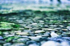 Las piedras, río, naturaleza, frialdad, relajan el brackground de la yoga imagenes de archivo