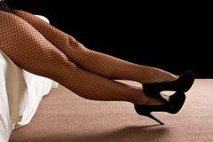 Las piernas con alto negro curan los zapatos Foto de archivo libre de regalías