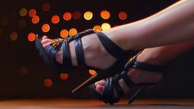 Las piernas de la cantidad del primer en el calzado, tacón alto de la mujer, cruzaron los pies, ejemplo de moda, puntos ligeros e almacen de metraje de vídeo