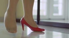 Las piernas de la muchacha en zapatos almacen de video