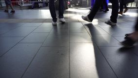 Las piernas de la muchedumbre anónima, gente suben funcionamiento en la prisa, cierre, concepto metrajes