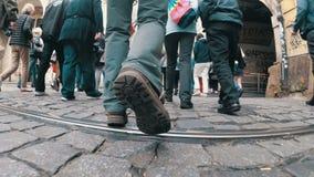 Las piernas de la muchedumbre de gente cruzan la calle en un paso de peatones almacen de video