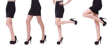Las piernas de la mujer aisladas en el blanco imagen de archivo