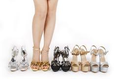 Las piernas de la mujer atractiva con baile de fin de curso calzan colecciones Imágenes de archivo libres de regalías