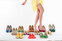 Las piernas de la mujer atractiva con las colecciones de los zapatos fotografía de archivo libre de regalías
