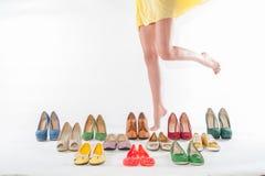 Las piernas de la mujer atractiva con las colecciones de los zapatos Imagenes de archivo