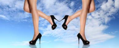 Las piernas de la mujer con negro calzan el concepto del tacón de aguja de ligereza foto de archivo libre de regalías