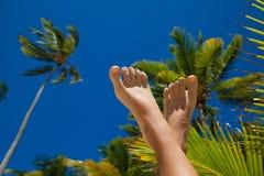 Las piernas de la mujer en fondo del día de fiesta Imagen de archivo