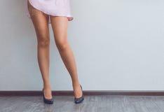 Las piernas de la señora joven Fotos de archivo