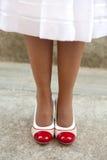 Las piernas de las mujeres con los zapatos retros Imágenes de archivo libres de regalías