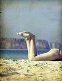 Las piernas de las mujeres en la playa Foto de archivo