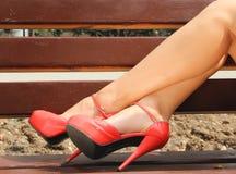 Las piernas de las señoras en zapatos hermosos. Imagenes de archivo