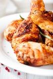 Las piernas de pollo asadas con romero y pnk sazonan con pimienta fotos de archivo libres de regalías