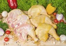 Las piernas de pollo crudas se separaron hacia fuera en el mercado para los verdes de la venta Fotos de archivo