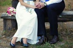 Las piernas de una novia y de un marido imagenes de archivo
