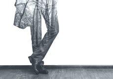 Las piernas del hombre de negocios e imagen de la exposición doble b/w del bosque Foto de archivo