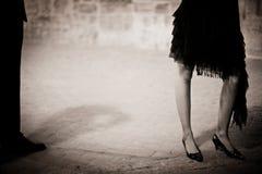 Las piernas del hombre y de la señora joven en evento social van de fiesta Imagen de archivo libre de regalías