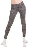 Las piernas delgadas de la mujer separan a los hombros en pantalones termales modelados gris en los calcetines blancos Fotografía de archivo