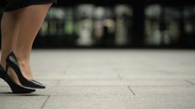 Las piernas femeninas en tacones altos calzan caminar en la calle urbana Pies de la mujer de negocios joven en ir de tac?n alto d metrajes