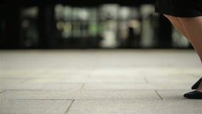 Las piernas femeninas en tacones altos calzan caminar en la calle urbana Pies de la mujer de negocios joven en ir de tac?n alto d almacen de metraje de vídeo