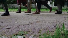 Las piernas knights en la armadura que marcha en el camino contra almacen de metraje de vídeo