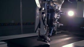 Las piernas pacientes se están moviendo lentamente a lo largo del dispositivo de la simulación de la movilidad metrajes