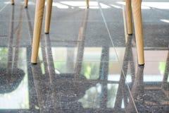 Las piernas presiden en café del café Foto de archivo libre de regalías