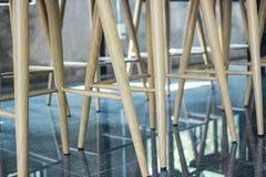 Las piernas presiden en café del café Fotos de archivo libres de regalías