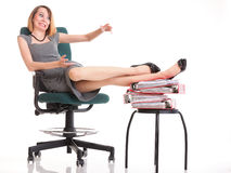 Las piernas relajantes de la empresaria del paro laboral de la mujer suben el un montón de doc. Imagenes de archivo