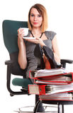 Las piernas relajantes de la empresaria del paro laboral de la mujer suben el un montón de doc. fotografía de archivo libre de regalías