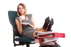 Las piernas relajantes de la empresaria del paro laboral de la mujer suben el un montón de doc. Fotografía de archivo