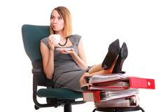 Las piernas relajantes de la empresaria del paro laboral de la mujer suben el un montón de doc. Foto de archivo