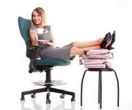 Las piernas relajantes de la empresaria del paro laboral de la mujer suben el un montón de doc. Fotos de archivo