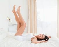 Las piernas sonrientes de la mujer levantaron para arriba arriba Fotografía de archivo libre de regalías