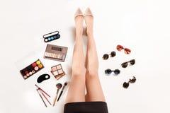 Las piernas y el verano de las mujeres forman a accesorios elegantes la visión superior Imagen de archivo