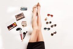 Las piernas y el verano de las mujeres forman a accesorios elegantes la visión superior Fotografía de archivo libre de regalías