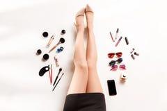 Las piernas y el verano de las mujeres forman a accesorios elegantes la visión superior Fotos de archivo libres de regalías