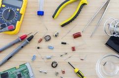 Las piezas y las herramientas de la radio en la tabla de madera Foto de archivo libre de regalías