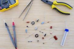 Las piezas y las herramientas de la radio en la tabla de madera Imagen de archivo