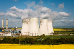 Las pilas de enfriamiento en la central eléctrica Foto de archivo libre de regalías