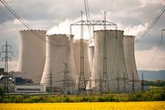 Las pilas de enfriamiento en la central eléctrica Fotografía de archivo