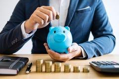 Las pilas de la moneda para intensifican negocio cada vez mayor a los wi del beneficio y del ahorro fotografía de archivo libre de regalías