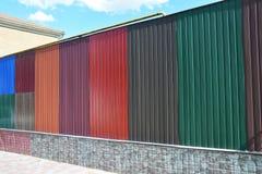 Las pilas de los diversos paneles de la cerca del metal y tejado coloridos del metal cubren para la venta Materiales del edificio Imagen de archivo libre de regalías