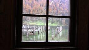 Las pilas de madera se pueden ver a través la ventana vieja almacen de metraje de vídeo
